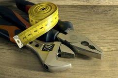 Feche acima das ferramentas em um fundo de madeira Foto de Stock Royalty Free