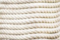 Feche acima das fileiras da corda que empilham no teste padrão horizontal, fundo branco da textura fotos de stock
