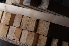 Feche acima das fileiras de barras de madeira do retângulo fotografia de stock