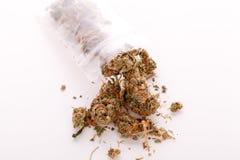 Feche acima das folhas secadas da marijuana na tabela Foto de Stock Royalty Free