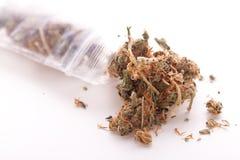 Feche acima das folhas secadas da marijuana na tabela Fotografia de Stock Royalty Free