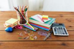 Feche acima das fontes dos artigos de papelaria ou de escola na tabela Foto de Stock Royalty Free