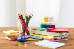Feche acima das fontes dos artigos de papelaria ou de escola na tabela Foto de Stock
