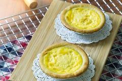Feche acima das galdérias do ovo na cremalheira refrigerando Fundo de madeira As galdérias portuguesas do ovo, são um tipo do pas foto de stock