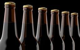 Feche acima das garrafas de cerveja 3D rendem, luz do estúdio, no fundo preto Imagens de Stock Royalty Free