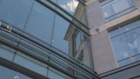 Feche acima das janelas do centro de negócios vídeos de arquivo