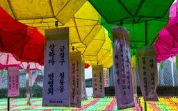 Feche acima das lanternas de papel bonitas O festival comemora o aniversário da Buda Localizado no templo Beomeosa, Busan, sul imagens de stock royalty free