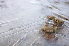 Feche acima das linhas no gelo com rochas Fotos de Stock Royalty Free