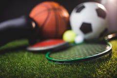 Feche acima das luvas de encaixotamento e as bolas de golfe e o disco do tênis do futebol do basquetebol Fotografia de Stock