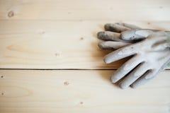 Feche acima das luvas de trabalho contra a madeira fotografia de stock royalty free