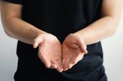 Feche acima das mãos abertas Guardarando, doação, mostrando o conceito Imagem de Stock Royalty Free