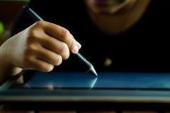 Feche acima das mãos com escrita da pena na tabuleta gráfica moderna Imagem de Stock