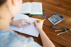 Feche acima das mãos com o desenho da régua e de lápis Fotografia de Stock