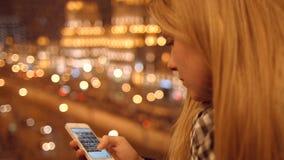 Feche acima das mãos da moça que datilografam os sms que enrolam o telefone das imagens 4K 30fps ProRes video estoque