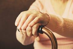 Feche acima das mãos da mulher madura Cuidados médicos que dão, lar de idosos Amor parental da avó Doenças relativas à idade velh foto de stock