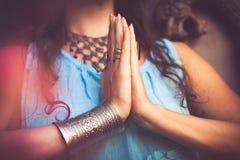 Feche acima das mãos da mulher no gesto do namaste fotografia de stock royalty free