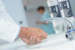 Feche acima das mãos de lavagem do doutor Fotos de Stock Royalty Free