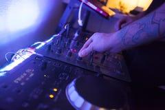 Feche acima das mãos de um técnico da música que trabalha no estúdio Fotografia de Stock