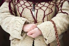 Feche acima das mãos de uma menina vestidas no desgaste romeno tradicional Imagens de Stock Royalty Free
