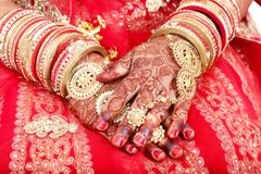 Feche acima das mãos decorativas da noiva indiana com joia dourada foto de stock royalty free