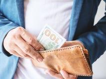 Feche acima das mãos do homem com carteira e dinheiro do dólar Imagens de Stock Royalty Free
