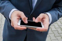 Feche acima das mãos do homem de negócios com telefone celular Copie o espaço imagens de stock