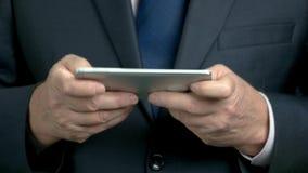 Feche acima das mãos do homem de negócios que guardam o smartphone filme