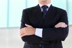 Feche acima das mãos do homem de negócios que veste o terno azul imagem de stock royalty free