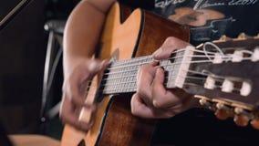Feche acima das mãos do homem que jogam a guitarra vídeos de arquivo