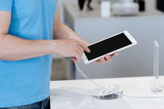 Feche acima das mãos do homem que testam o dispositivo na loja da eletrônica fotos de stock royalty free