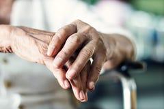 Feche acima das mãos do paciente idoso superior da mulher imagem de stock