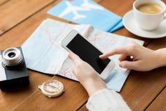 Feche acima das mãos do viajante com smartphone e trace Imagens de Stock Royalty Free