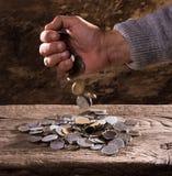 Feche acima das mãos e da pilha do ancião caucasiano de moedas velhas Fotos de Stock