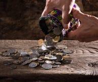 Feche acima das mãos e da pilha do ancião caucasiano de moedas velhas Foto de Stock Royalty Free