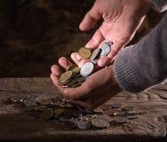 Feche acima das mãos e da pilha do ancião caucasiano de moedas velhas Imagens de Stock Royalty Free