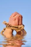 Feche acima das mãos fêmeas amarradas em uma corda imagens de stock royalty free