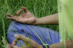 Feche acima das mãos, fazendo a ioga exterior imagem de stock