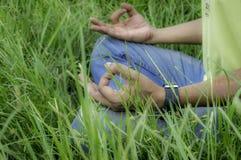 Feche acima das mãos, fazendo a ioga exterior fotos de stock