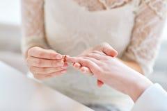 Feche acima das mãos lésbicas dos pares com aliança de casamento Fotografia de Stock Royalty Free