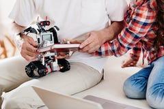 Feche acima das mãos masculinas esse robô guardando Foto de Stock Royalty Free