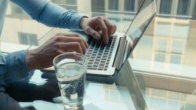 Feche acima das mãos masculinas que datilografam no teclado video estoque