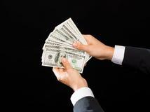 Feche acima das mãos masculinas que guardam o dinheiro do dinheiro do dólar Imagens de Stock Royalty Free