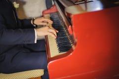 Feche acima das mãos masculinas que jogam o piano Forma horizontal, espaço da cópia Fotografia de Stock