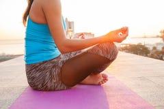 Feche acima das mãos A mulher faz a ioga exterior Exercício da mulher vital e meditação para o clube do estilo de vida da aptidão fotos de stock royalty free