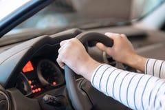 Feche acima das mãos no volante Fotos de Stock Royalty Free