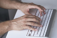 Feche acima das mãos que datilografam no teclado Fotografia de Stock Royalty Free