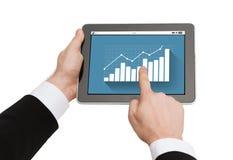 Feche acima das mãos que guardam o PC da tabuleta com gráfico Foto de Stock Royalty Free