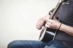 Feche acima das mãos que jogam a guitarra Imagem de Stock