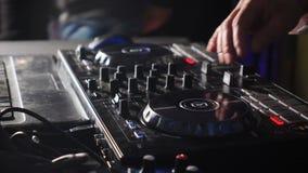 Feche acima das m?os do DJ que jogam a m?sica, misturando Controlador Desk do misturador do DJ no partido de disco do clube notur vídeos de arquivo