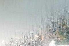 feche acima das manchas secas da água na parede de vidro no banheiro imagem de stock